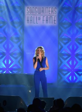 "Jennifer Nettles performs ""He Stopped Loving Her Today"" for Bobby Braddock"
