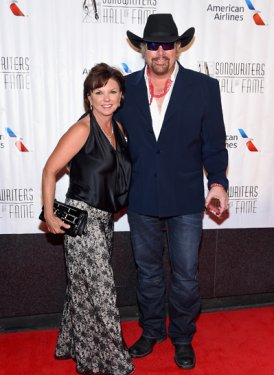 Inductee Toby Keith with wife Tricia